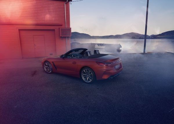 The leading role on every road: the San Francisco Red metallic paint finish with its bold character ensures the BMW Z4 Roadster of a spectacular appearance while the dynamic interplay of clearly drawn lines simultaneously emphasizes its muscular silhouette.
