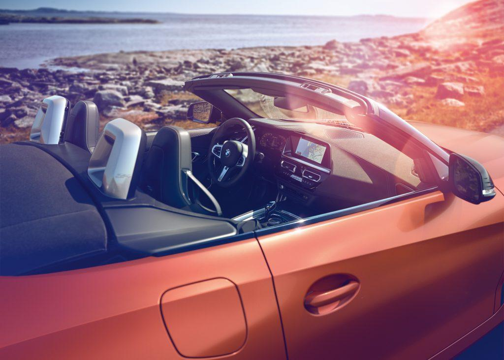 A stylish arrangement: the interior of the BMW Z4 Roadster is defined by its clear design and the deliberate use of selected decorative features. The result is modern superlative quality and pleasantly open ambiance.