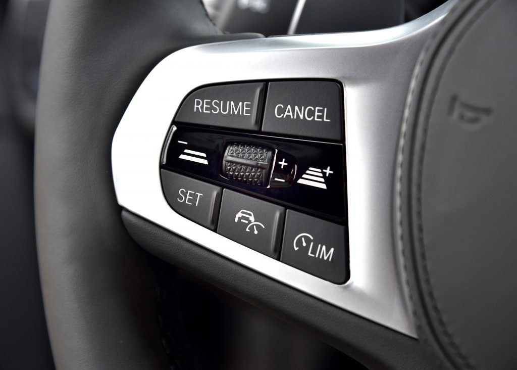 Active cruise control with Stop&Go functionality maintains a pre-defined distance from the car ahead, including stopping and restarting in stop-and-go traffic. Speed Limit Assist allows the takeover of speed limits in the cruise control. The approach control warning with braking function reacts to stationary vehicles, pedestrians, and cyclists.