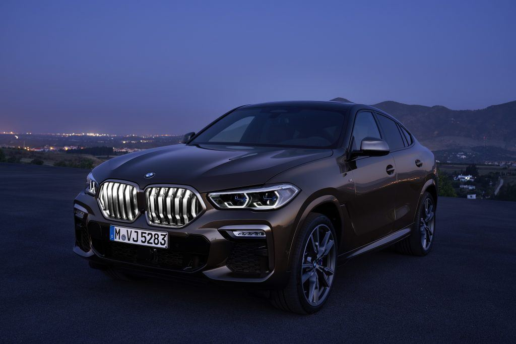 The BMW kidney grille 'Iconic Glow' sets impressive visual highlights. With its innovative LED fibre technology, it enables sensational white light scenarios - for example while driving or when opening and closing your vehicle.