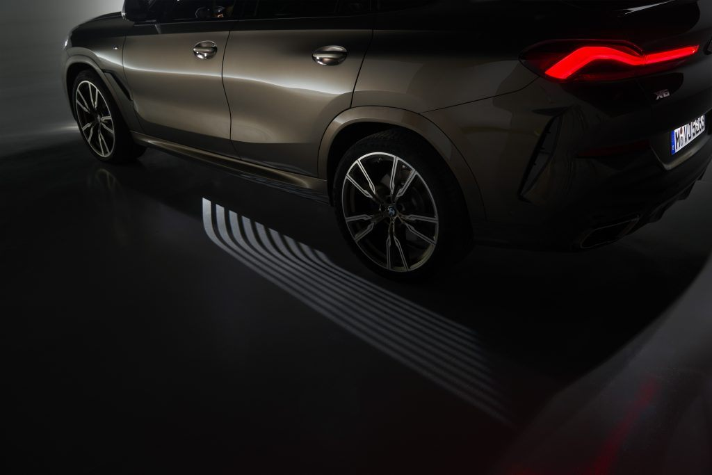 The Welcome Light Carpet function projects an ambient light graphic in front of the vehicle doors and creates a surrounding welcome ambiance right at the entrance. The light carpet also makes getting out in the dark even more comfortable and safe.